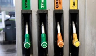 Display of prices per kilometer at petrol stations nearby