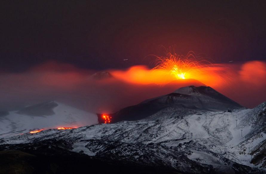 Colata lavica tra Monte Frumento Supino e i Crateri Barbagallo il 12 novembre 2013.