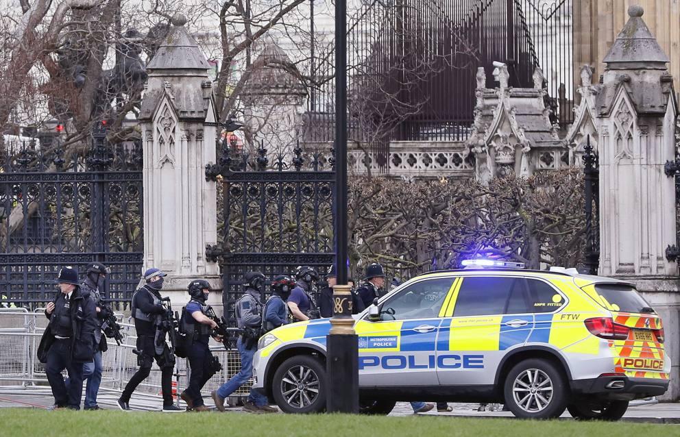Londra, sparatoria fuori dal Parlamento: poliziotto pugnalato, due feriti