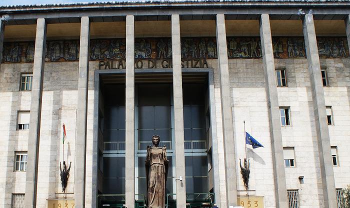 Assenteisti al tribunale di Catania E un uomo minaccia di buttarsi