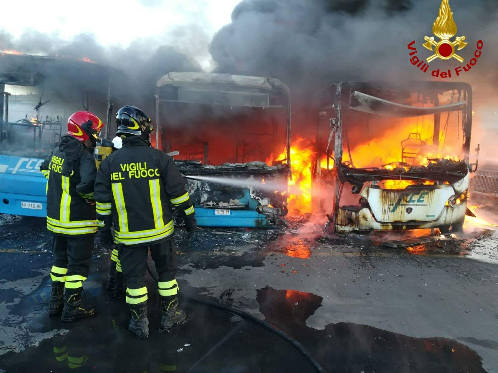 Incendio alla stazione di Paternò: in fiamme tre autobus