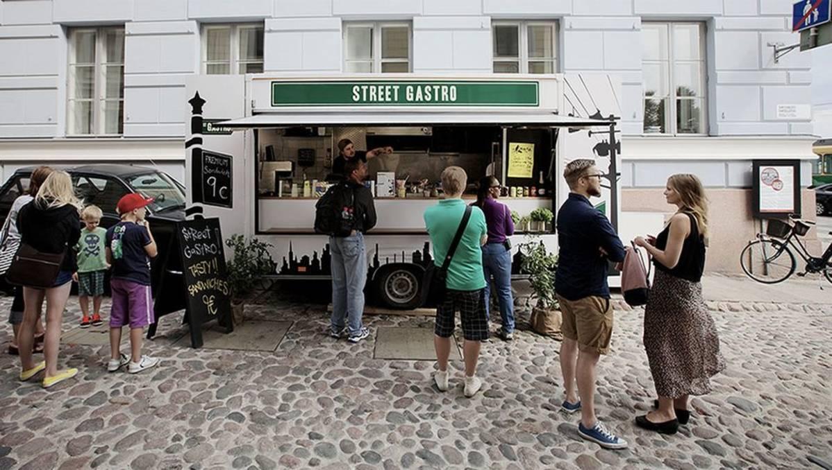 Street Gastron ruokakärry keräsi kesällä asiakkaita Sofiankadulla.