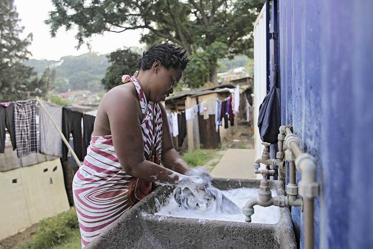 Nainen pesee pyykkiä Briardenessä.