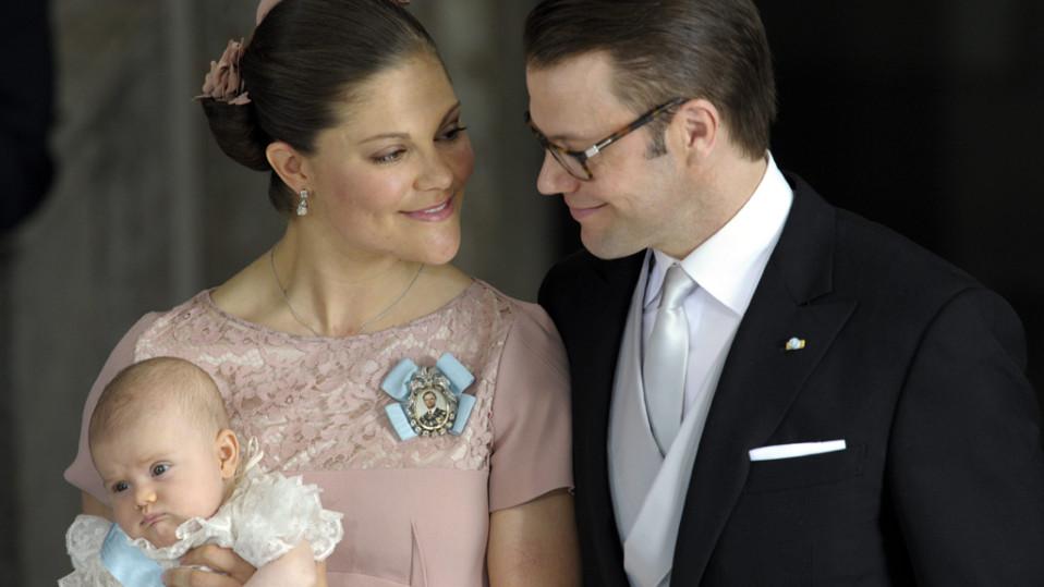 Kruununprinsessa Victoria ja prinssi Daniel Ruotsin sekä prinsessa Estelle kastejuhlassa Tukholman kuninkaalinnan kirkossa 22. toukokuuta 2012.