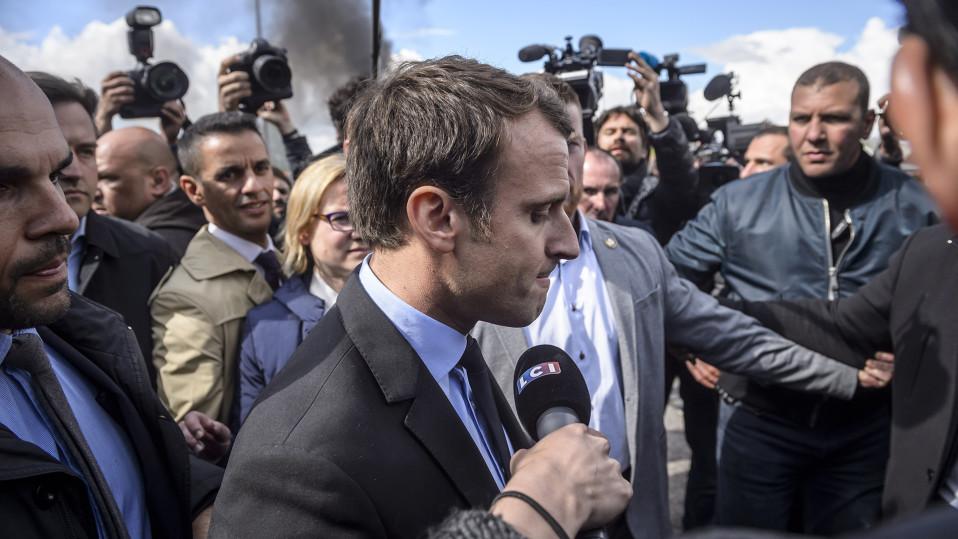Emmanuel Macron kuvattuna vieraillessaan Whirlpoolin tehtailla Amiensissa 26. huhtikuuta.