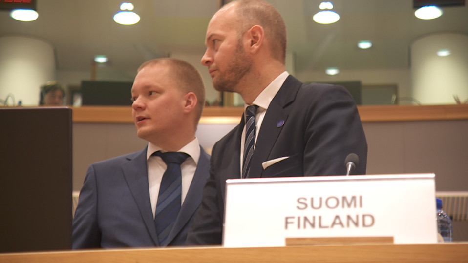 Valtiosihteeri Samuli Virtanen ja eurooppaministeri Sampo Terho ministerineuvoston kokouksessa Brysselissä.