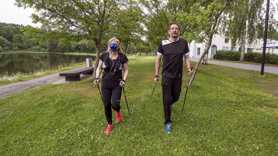 Toiimittaja Niina Honka ja dosentti Mika Venojärvi sauvakävelevät.