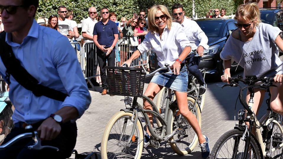 Brigitte Trogneux tyttärensä Tiphainen kanssa pyöräilemässä kesäkuussa.
