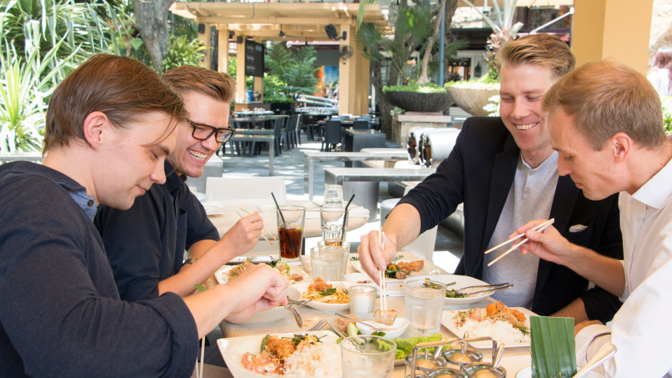 Miehiä ravintolassa syömässä. Suomalaisnelikko tapaa Manilan ravintoloissa ja baareissa. Välillä kaverukset käyvät myös Filippiinien lomasaarilla.