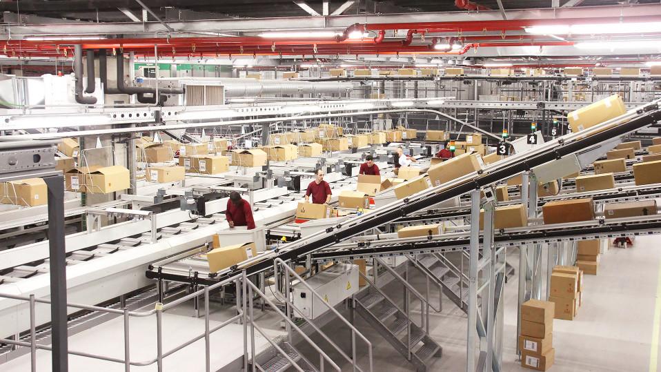 Zaran valmistamia vaatteita logistiikkakeskuksessa.