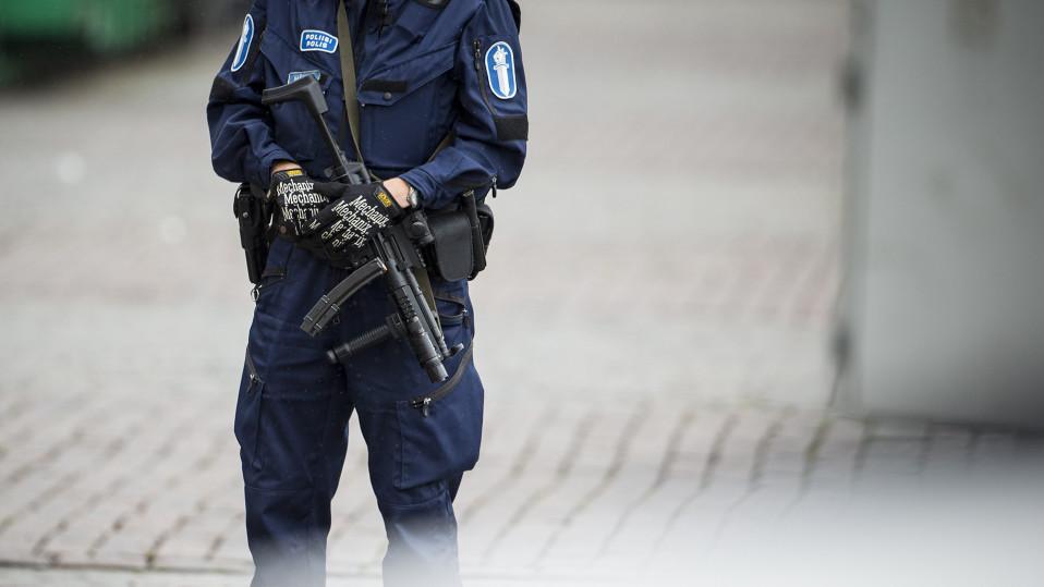 Aseistautunut poliisi vartiossa Turun torilla perjantaina 18. elokuuta 2017.