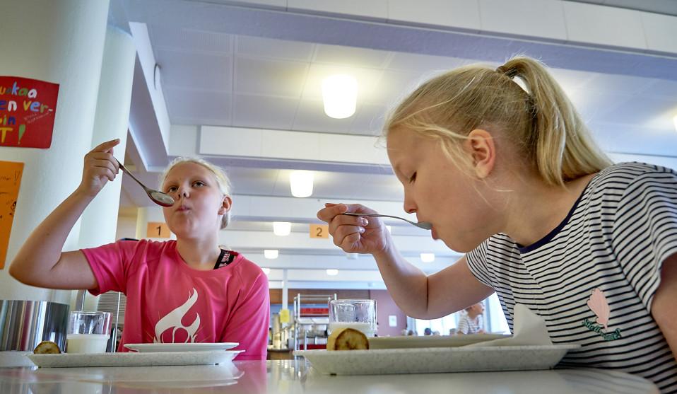 Matilda Johansson ja Annika Lindvist syövät koulussa.