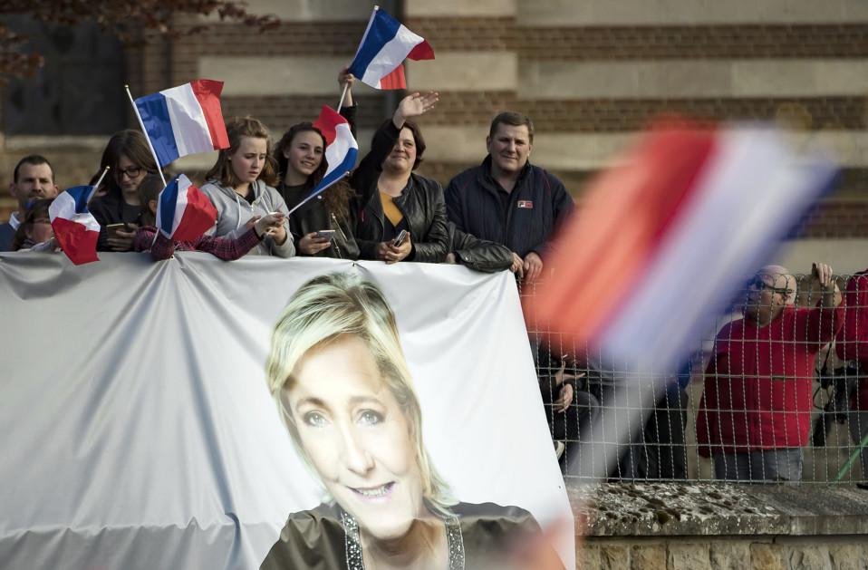 Marine Le Penin kannattajia Ranskan Ennemainissa.