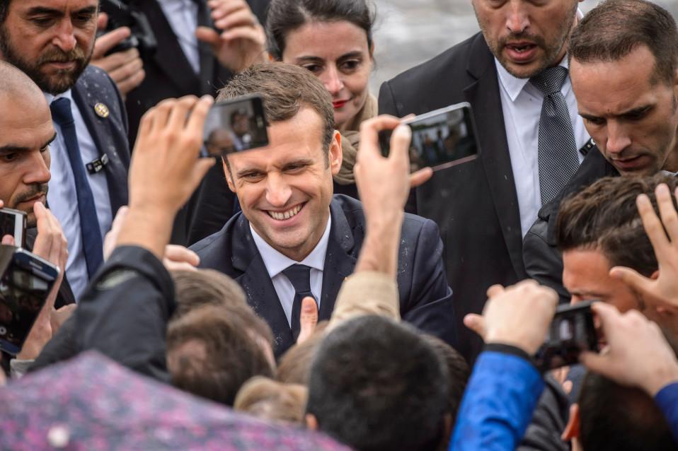 Macron tervehtii kannattajia.