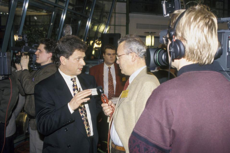 Sauli Niinistö Yleisradion vaalivalvojaisissa vuonna 1995