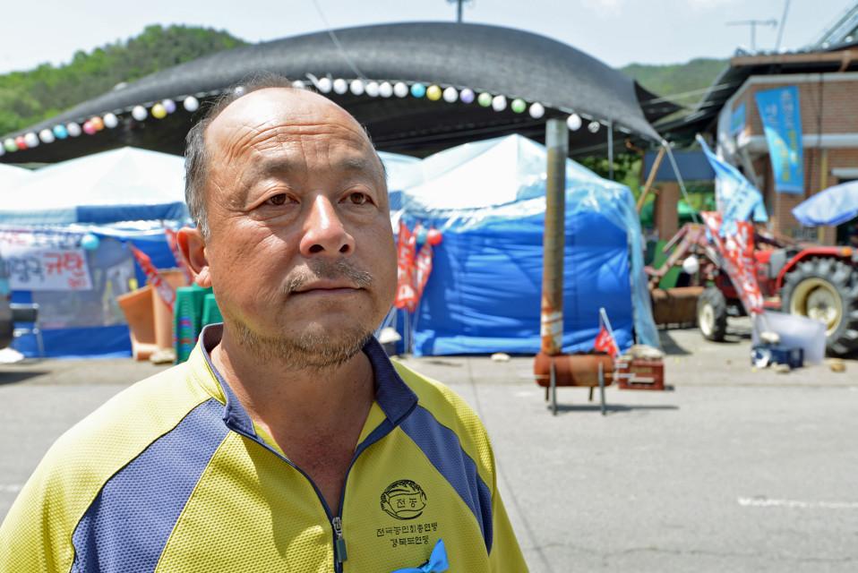 Vihannesten viljelijä Park Kyoung-baem pelkää tutkan aiheuttavan haitallista säteilyä.