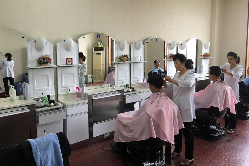 Pohjois-Korean hiusmalleista on paljon vääriä käsityksiä. Valinnanvaraa on, mutta pitkät hiuksia ei miehillä suvaita.