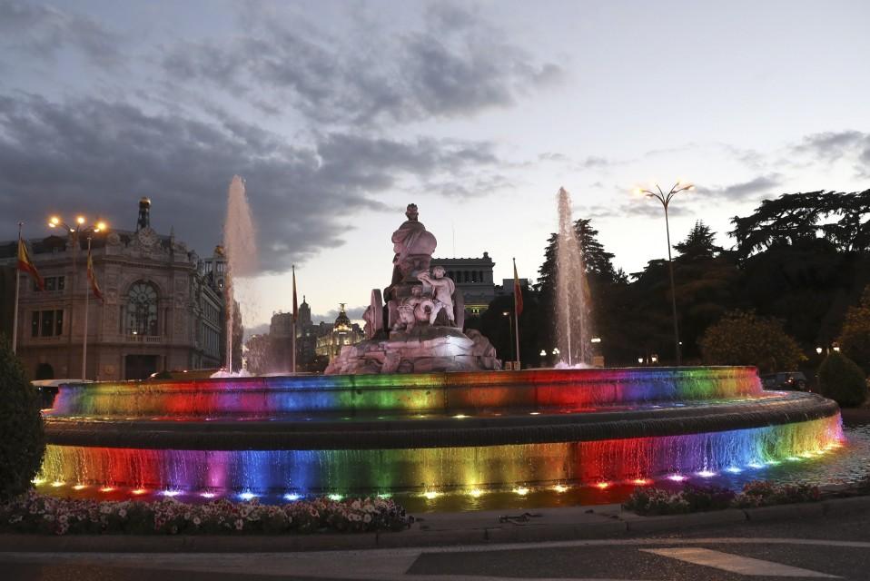 Cibeles aukion suihkulähteeseen on heijastettu sateenkaaren värit.