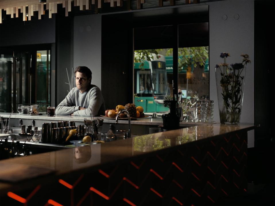 Magnus Bratten istuu baaritiskin ääressä.
