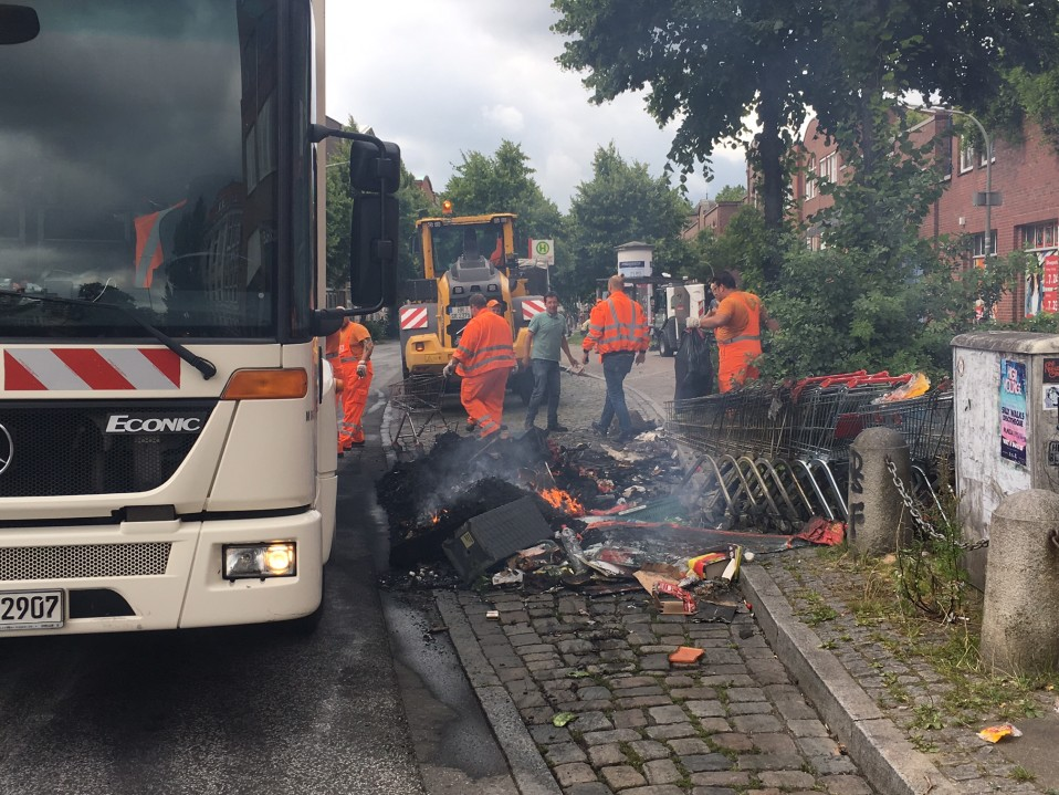Hampurin jätehuollon työntekijät sammuttivat savuavaa jätekasaa Schanzenviertel -kaupunginosassa lauantaina 8. heinäkuuta.
