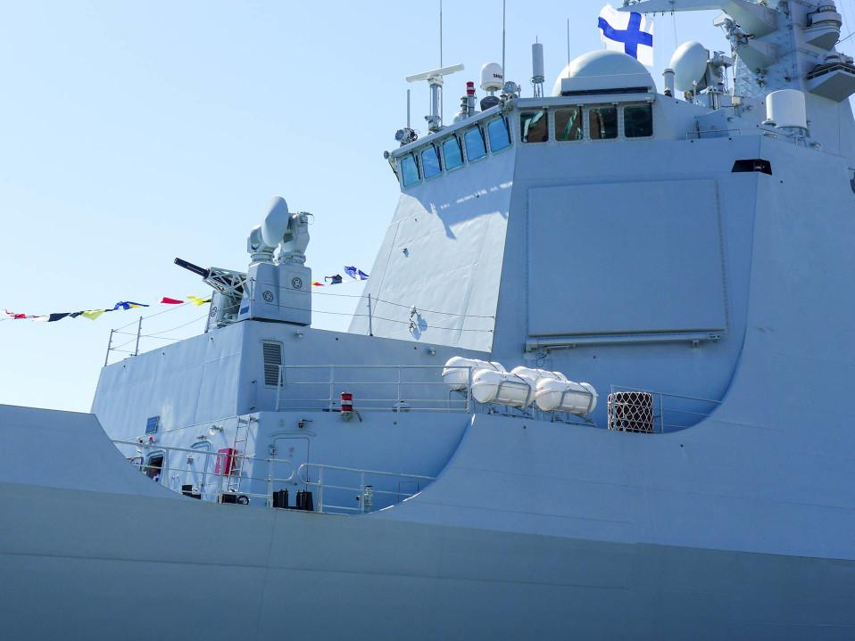 sotalaivan komentosilta ja tykki