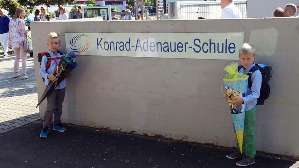 Oliver (vas) ja Robin Westerlund vuosi sitten ensimmäistä luokkaa aloittamassa saksalaiskoulussa.