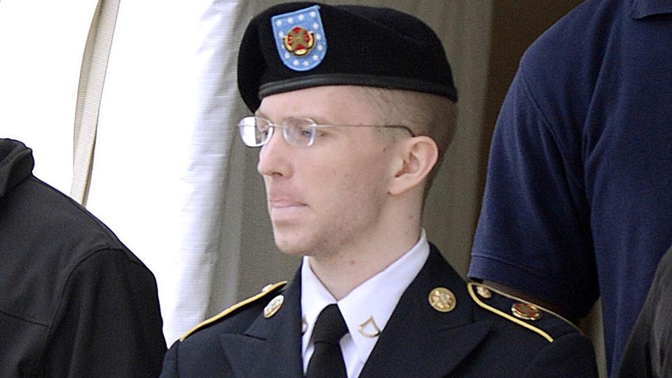 Bradley Manningia saatetaan ulos oikeussalista.