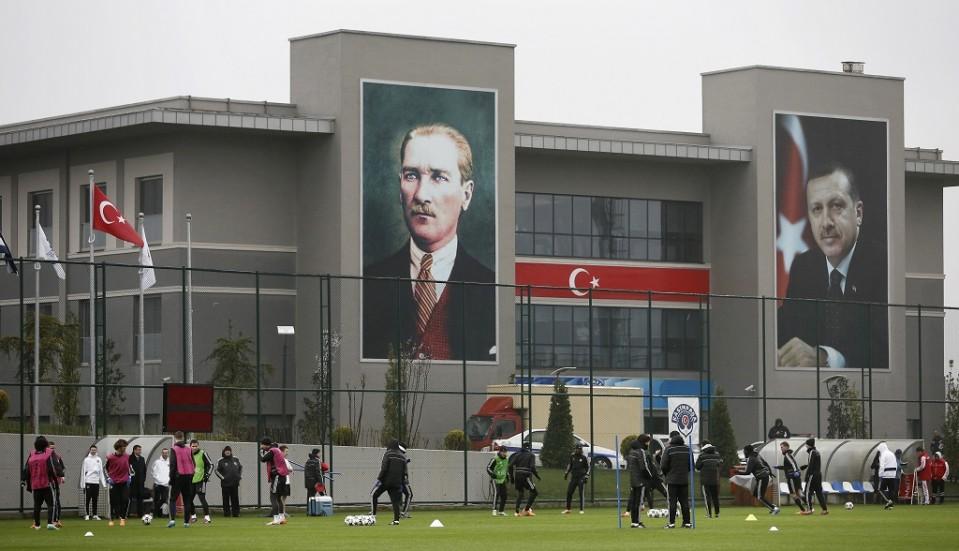 Suuret kuvat Turkin perustaja Mustafa Kemal Atatürkista sekä presidentti Recep Tayyip Erdoğanista.