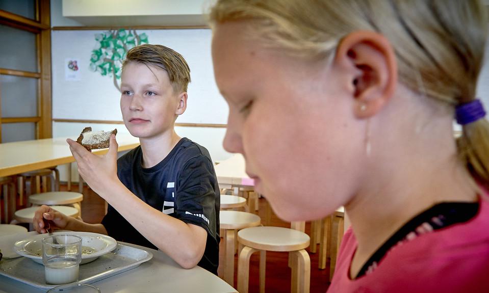 Otto Artamo ja Matilda Johansson syövät koulussa.
