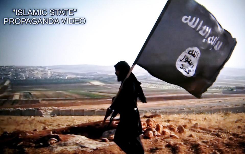 Isis-taistelija ja Isisin lippu. Kuvakaappaus Isisin videosta.