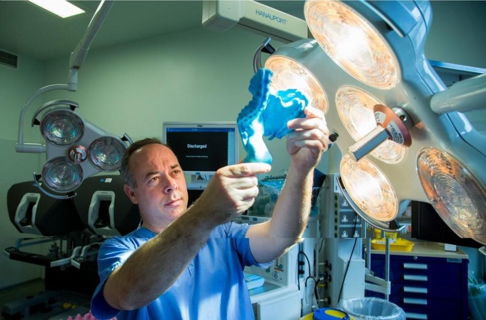 Tutkija tarkastelee suoliliepeen kolmiulotteista mallia laboratoriossa.