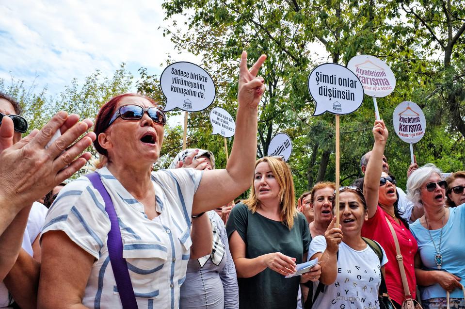 Turkkilaisia naisia osoittamassa mieltään puistossa.