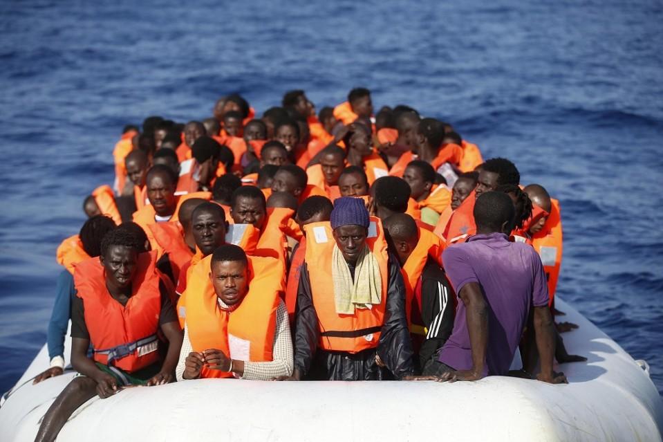 Pakolaisia täynnä oleva vene.