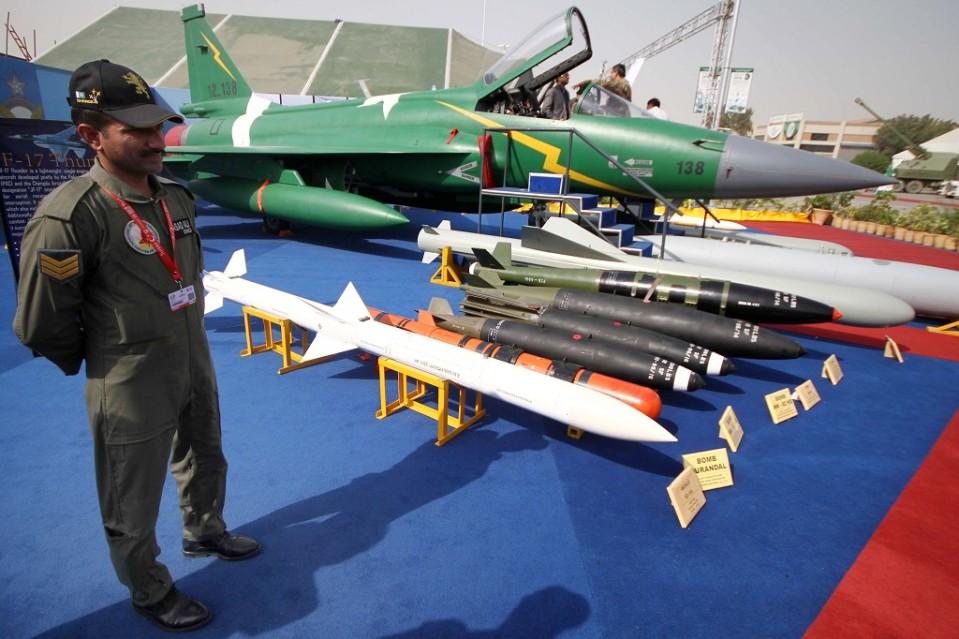 jf-17 hävittäjä ja pommeja