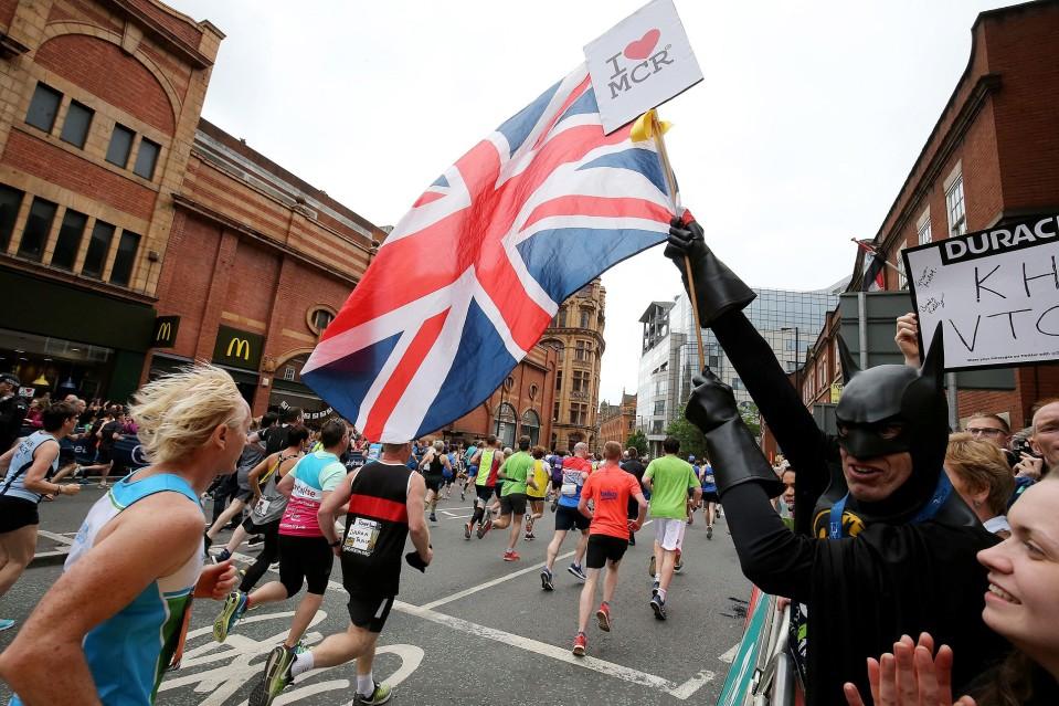 Ihmiset kannustivat juoksijoita Manchesterissa