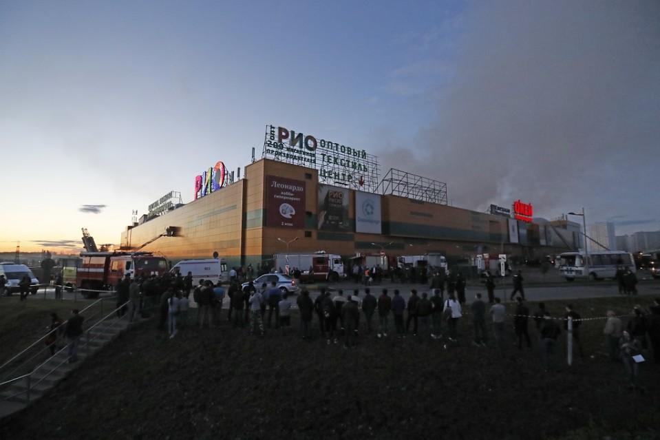 Tuhansia evakuoitiin RIO kauppakeskuksen tulipalon vuoksi Moskovassa 10. heinäkuuta 2017.