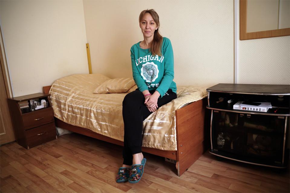 Sofia makuuhuoneessaan naisten turvatalossa.
