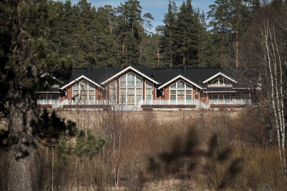 Venäjän presidentti Vladimir Putin majoittuu Valamossa huvilassa, joka on kätketty metsän suojaan tavallisilta turistireiteiltä.