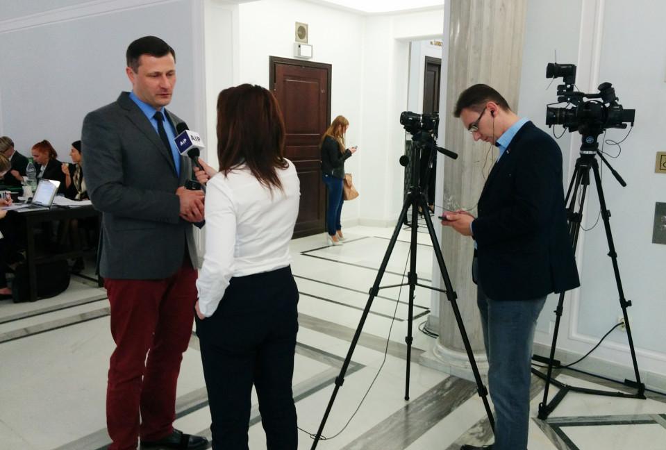 Toimittajat pääsevät haastattelemaan politiikkoja enää rajatulla alueella Puolan parlamentissa.