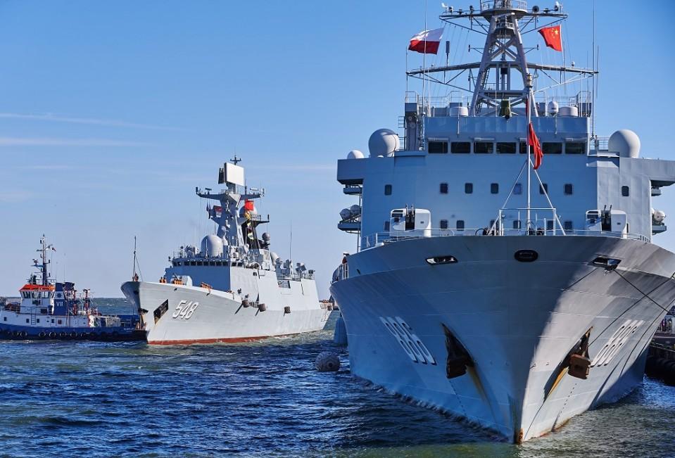 kiinalaisia sotalaivoja puolassa