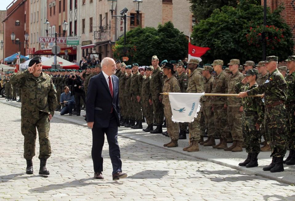 Puolan puolustusministeri Antoni Macierewicz ja asevoimien komentaja Jarosław Mika kävelevät sotilasrivistön editse.