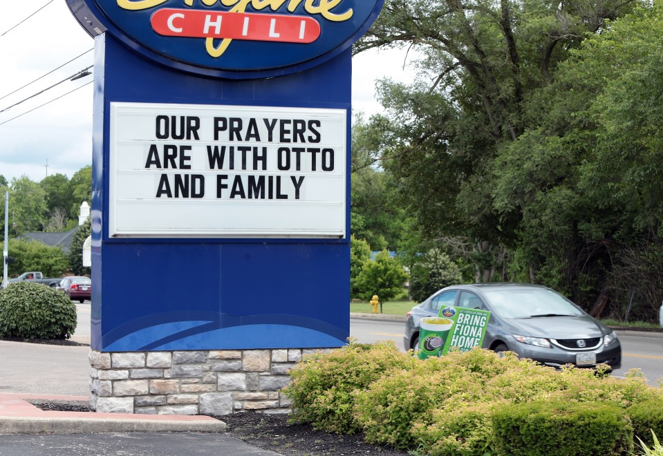 Tien varrella kyltti, jossa teksti Our Prayers are with Otto and Family.