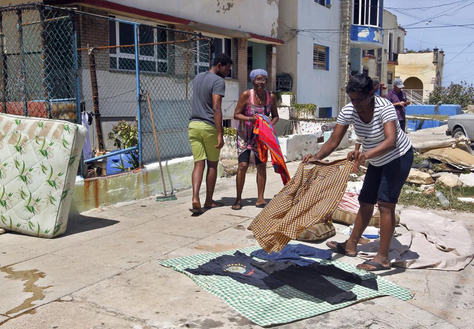 Katuja ja taloja siivotaan Irma-hurrikaanin jäljiltä.
