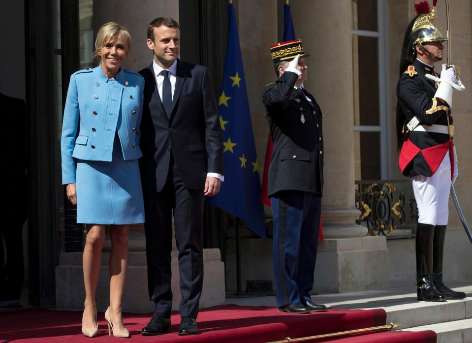 Brigitte ja Emmanuel Macron Elysee-palatsin edustalla.