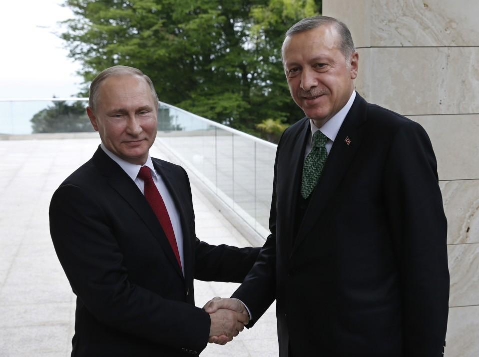 Putin ja Erdoğan kättelevät.