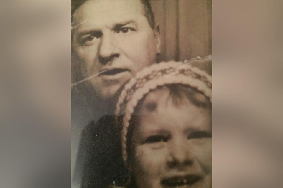 Vanha kuva Magnus Bratten lapsi sylissään.