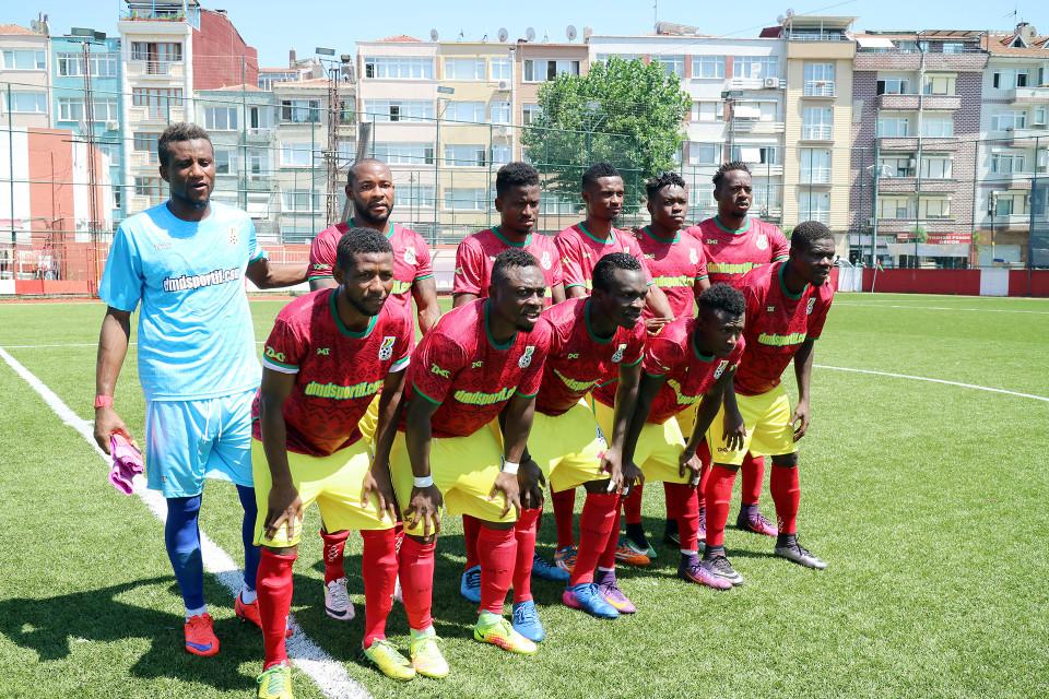 Ghanan jalkapallojoukkue poseerasi ennen ystävyysottelun alkua.