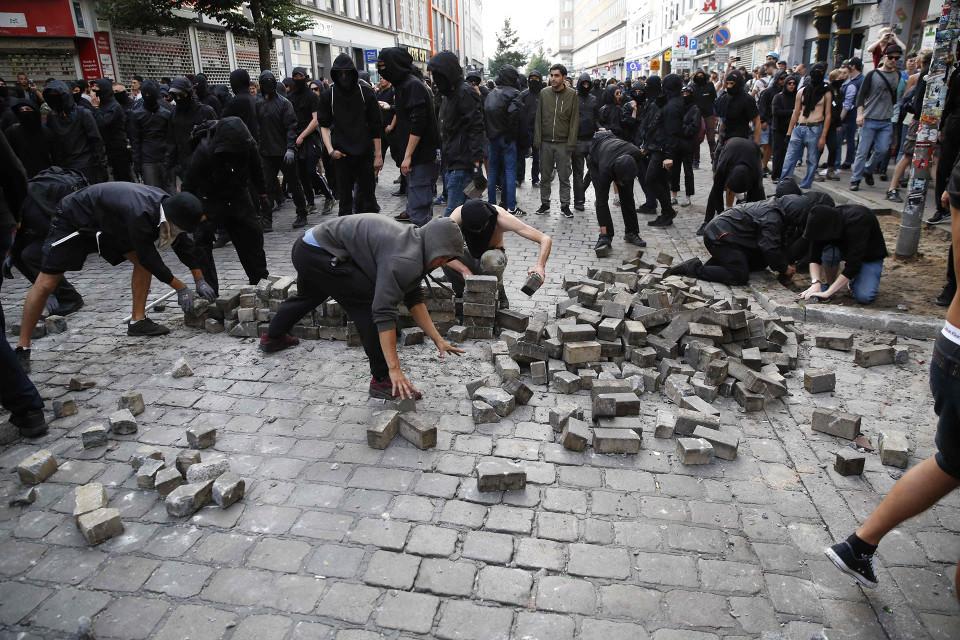 Mielenosoittajat kaivoivat katukivetyksen kiviä käyttääkseen niitä mellakkapoliisia vastaan Hampurissa G20-kokouksen alla 7. heinäkuuta.