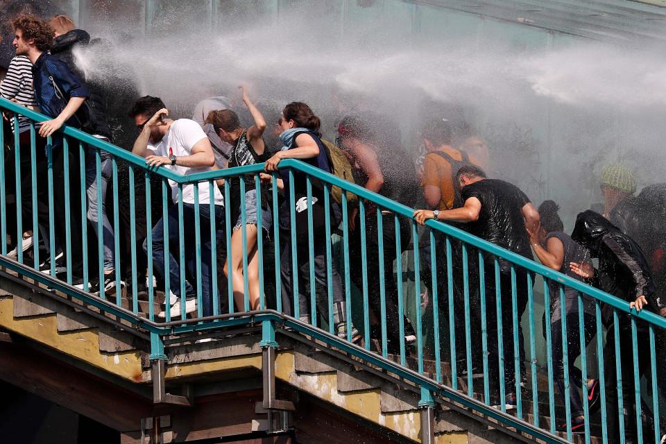 Mellakkapoliisi käytti vesitykkejä mielenosoittajia vastaan Hampurissa 7. heinäkuuta.