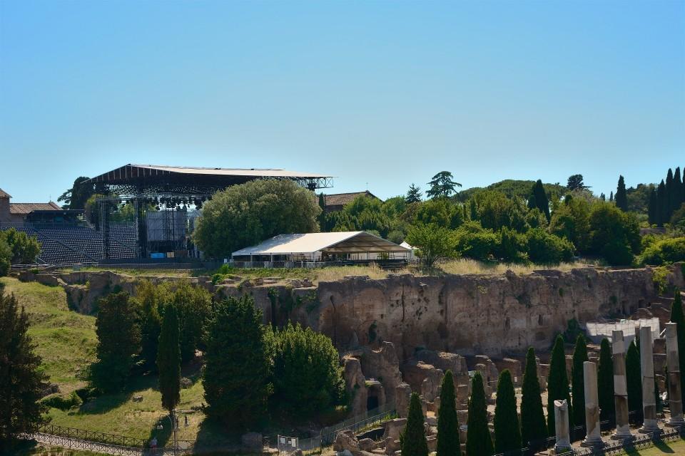 Roomalaiselle Palatinus-kukkulalle on kesän ajaksi pystytetty 3000-paikkainen konserttiareena.